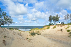 Dos autotravellers en la costa que mira en la distancia Foto de archivo
