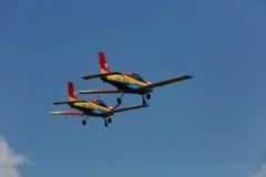 Dos aviones, bandera rumana Imagen de archivo libre de regalías
