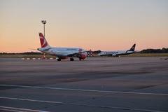 Dos aviones en la pista de despeque Imagenes de archivo