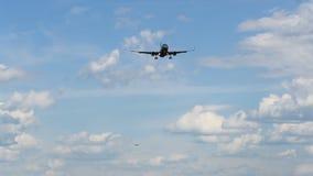 Dos aviones están aterrizando almacen de metraje de vídeo