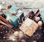 Dos azules, cajas beige con el cordón y decoración natural Nieve dibujada Foto de archivo libre de regalías