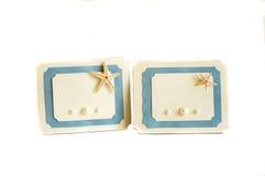 Dos azules y tarjeta blanca con una estrella y las perlas de mar Imágenes de archivo libres de regalías