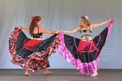Dos bailarinas de la danza del vientre en faldas coloridas largas imagen de archivo