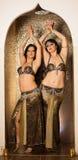 Dos bailarinas de la danza del vientre que preforman en etapa fotografía de archivo