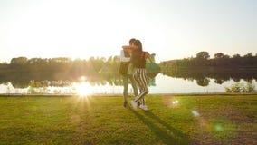 Dos bailarines de los amantes en la puesta del sol Concepto de las danzas del latín y del social almacen de video