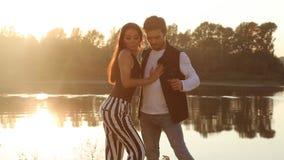 Dos bailarines de los amantes en la puesta del sol Concepto de las danzas del latín y del social almacen de metraje de vídeo