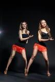 Dos bailarines del cabaret en trajes brillantes sobre oscuridad Fotos de archivo libres de regalías