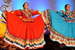 Dos bailarines mexicanos de sexo femenino fotografía de archivo