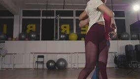 Dos bailarines profesionales que ensayan movimientos de la danza moderna almacen de metraje de vídeo
