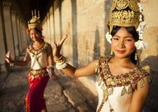 Dos bailarines tradicionales hermosos de Aspara Fotos de archivo