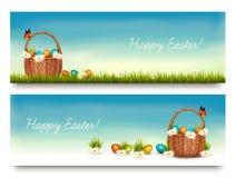 Dos banderas felices de Pascua con los huevos de Pascua en una cesta