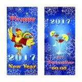 Dos banderas que saludan el Año Nuevo El guiño del gallo en kimono rojo sostiene un vidrio Foto de archivo libre de regalías
