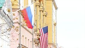 Dos banderas: Ruso y americano, en el edificio de la embajada de América en Rusia metrajes