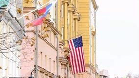 Dos banderas: Ruso y americano, en el edificio de la embajada de América en Rusia almacen de video