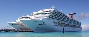 Dos barcos de cruceros del carnaval en puerto Foto de archivo