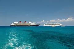 Dos barcos de cruceros en puerto Foto de archivo libre de regalías