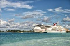 Dos barcos de cruceros grandes en Bahamas Imagen de archivo libre de regalías