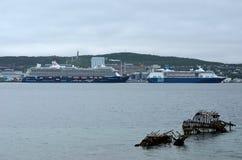 Dos barcos de cruceros masivos en ciudad del tromsoe se abrigan en un día cubierto Foto de archivo libre de regalías