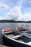 Dos barcos de fila en el embarcadero en el lago Imagen de archivo