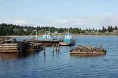 Dos barcos de motor pesqueros se atracan en un lago Imagenes de archivo