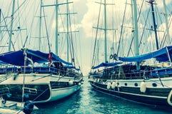 Dos barcos de navegación amarrados Foto de archivo libre de regalías