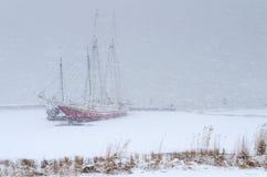 Dos barcos de navegación atrapados en una tempestad de nieve pesada Imagen de archivo libre de regalías