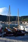 Dos barcos de pesca históricos en el puerto de Komiza fotografía de archivo