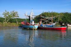 Dos barcos de pesca tradicionales coloridos en un río Foto de archivo libre de regalías