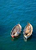 Dos barcos en agua muy azul Fotografía de archivo libre de regalías