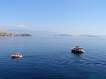 Dos barcos en el mar adriático de la costa de Croacia Fotografía de archivo libre de regalías