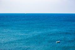Dos barcos en las aguas azules del mar adriático imagen de archivo libre de regalías