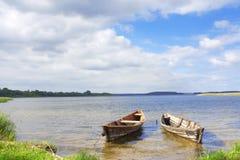 Dos barcos en los lagos de Braslav imagenes de archivo