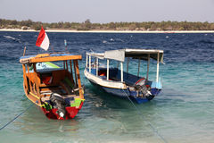 Dos barcos en ondas azules en el océano Islas tropicales de Gili Imagen de archivo libre de regalías