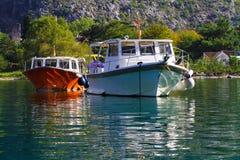 Dos barcos en un puerto de la bahía Foto de archivo