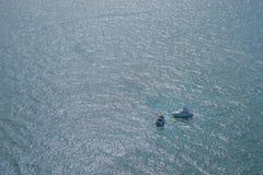 Dos barcos que se sientan en un océano extenso Fotografía de archivo
