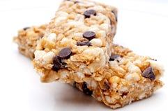 Dos barras de granola en una placa blanca foto de archivo