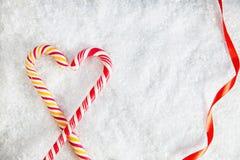 Dos bastones de caramelo en el fondo Nevado Imagen de archivo