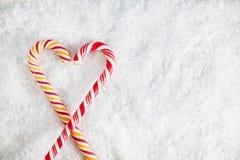Dos bastones de caramelo en el fondo Nevado Fotos de archivo libres de regalías