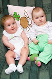 Dos bebés   Imágenes de archivo libres de regalías