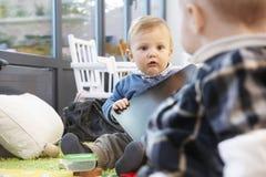 Dos bebés en un suelo de la sala de estar Fotografía de archivo