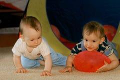 Dos bebés que juegan dentro Fotos de archivo libres de regalías