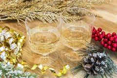 Dos bebidas burbujeantes en una tabla de madera fijaron por Año Nuevo con las puntillas Imagen de archivo libre de regalías