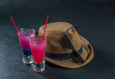 Dos bebidas coloreadas, una combinación de azul marino con púrpura, Imagen de archivo libre de regalías