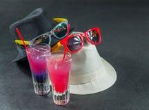 Dos bebidas coloreadas, una combinación de azul marino con púrpura, Imágenes de archivo libres de regalías