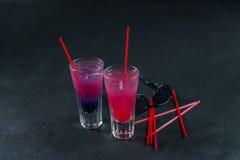 Dos bebidas coloreadas, una combinación de azul marino con púrpura, Foto de archivo libre de regalías