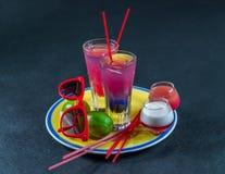 Dos bebidas coloreadas, una combinación de azul marino con púrpura, Fotos de archivo libres de regalías