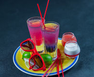 Dos bebidas coloreadas, una combinación de azul marino con púrpura, Imagen de archivo