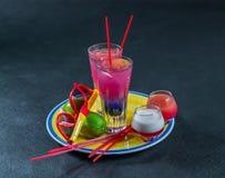 Dos bebidas coloreadas, una combinación de azul marino con púrpura, Imagenes de archivo