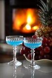 Dos bebidas por el fuego foto de archivo