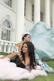 Dos bellezas atractivas delante de las columnas blancas Fotografía de archivo